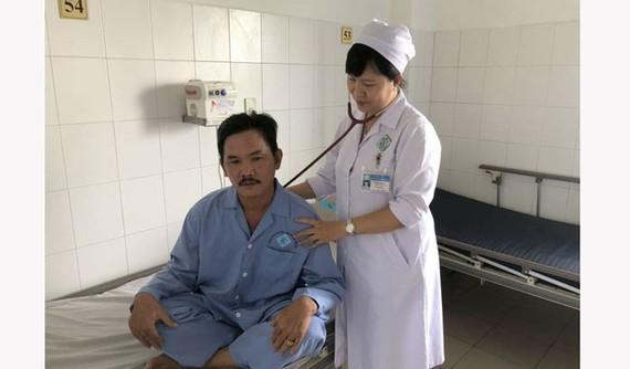 Bác sĩ chăm sóc cho bệnh nhân sau khi nội soi thành công