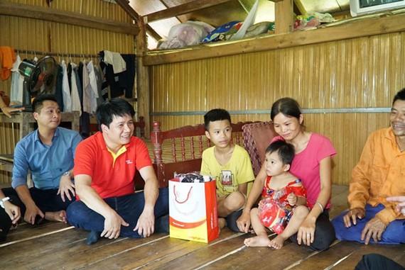 Ông Dương Hoài Nam, Giám đốc Văn phòng Miền Bắc - Chủ tịch Hội Liên hiệp Thanh niên Vietjet, cùng đoàn công tác Vietjet thăm gia đình và tặng quà cho em nhỏ tại huyện Định Hóa, tỉnh Thái Nguyên
