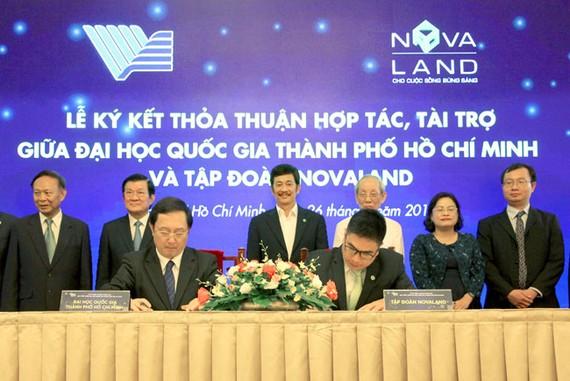 Đại diện Tập đoàn Novaland và đại diện Đại học quốc gia TPHCM ký kết tài trợ.