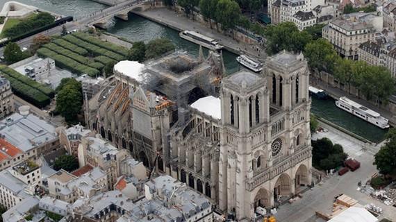 Phần mái vòm của nhà thờ đang được sửa chữa (ảnh: Reuters)