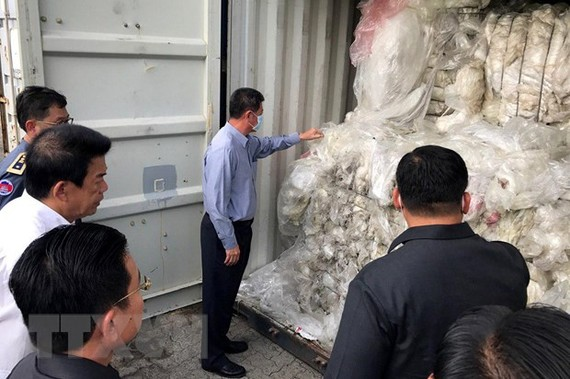 Kiểm tra các container rác thải nhựa bất hợp pháp tại cảng ở Sihanoukville, Campuchia. (Ảnh:TTXVN)