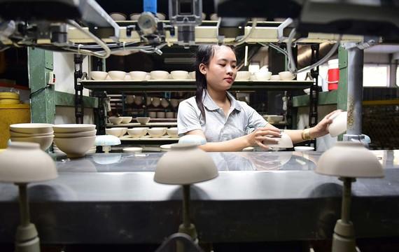 Dây chuyền sản xuất gốm sứ Minh Long 1, tỉnh Bình Dương - Ảnh: QUANG ĐỊNH