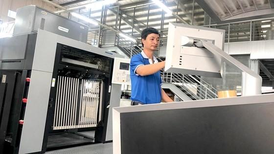 Nhờ được đào tạo nâng cao tay nghề, công nhân Công ty In số 7 tự tin làm chủ máy móc hiện đại