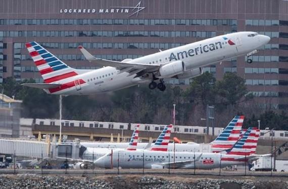 Máy bay Boeing 737 của Hãng hàng không American Airlines cất cánh tại sân bay quốc tế Ronald Reagan Washington ở Arlington, Virginia của Mỹ. (Ảnh: AFP/TTXVN)
