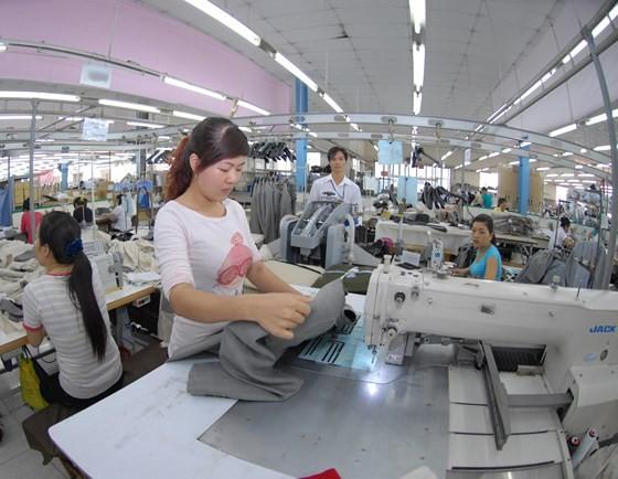 Doanh nghiệp dệt may đang đối diện nguy cơ giảm đơn hơn xuất khẩu. Ảnh: THÀNH TRÍ