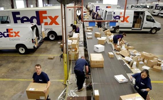 Một trung tâm chuyển phát đường bộ của FedEx. (Ảnh: AP)
