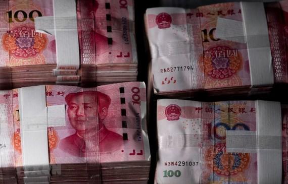 Đồng tiền mệnh giá 100 nhân dân tệ tại Thượng Hải, Trung Quốc. (Ảnh: AFP/TTXVN)