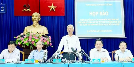 Phó Chủ tịch UBND TPHCM Võ Văn Hoan trả lời báo chí tại buổi họp báo. Ảnh: KIỀU PHONG