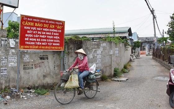 """Chính quyền địa phương dựng bảng để cảnh báo người dân về các dự án """"ma"""" trên địa bàn huyện Hóc Môn"""