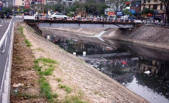 Nước sông Tô Lịch đen như mực. (Ảnh: P.V/Vietnam+)
