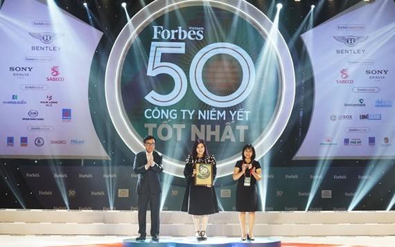 Đại diện Vietjet nhận giải thưởng.