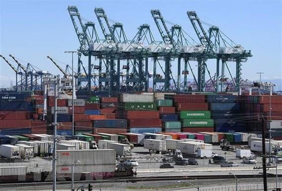 Hàng hóa của Trung Quốc chờ bốc dỡ tại cảng Long Beach ở Los Angeles, California, Mỹ ngày 16/2. (Nguồn: AFP/TTXVN)