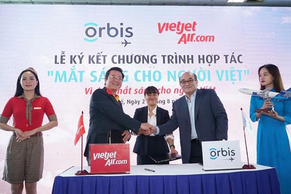 Phó Tổng giám đốc Vietjet Trần Hoài Nam ký kết hợp tác với Giám đốc Orbis Việt Nam - bà Trần Thị Thanh Hương - và Thành viên HĐQT Orbis Singapore - ông Norman Liu