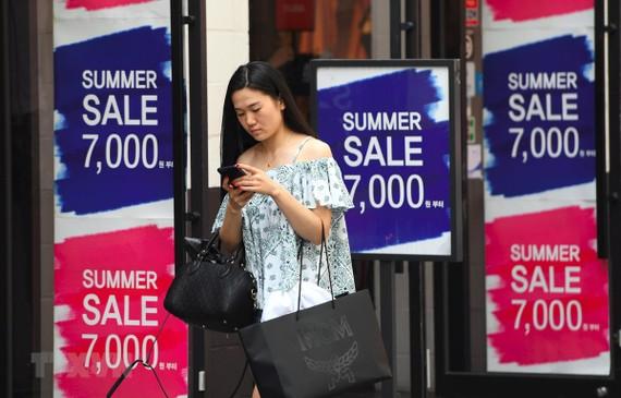 Bảng quảng cáo giảm giá tại một trung tâm thương mại ở Seoul, Hàn Quốc. (Ảnh: AFP/TTXVN)
