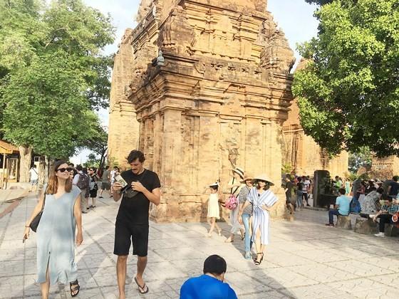 Du khách tham quan Tháp Bà Ponagar (Nha Trang)
