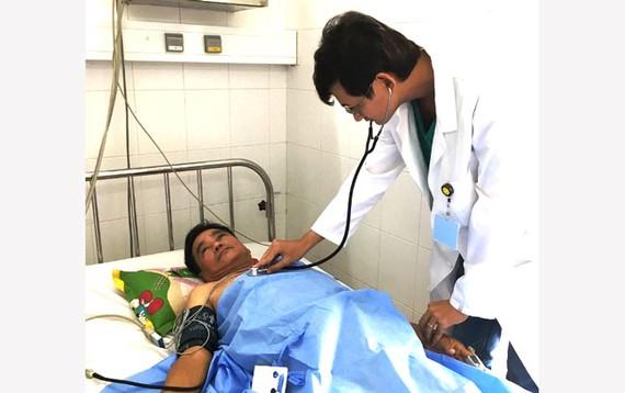 Bác sĩ thăm khám cho bệnh nhân người Singapore sau khi cấp cứu thành công