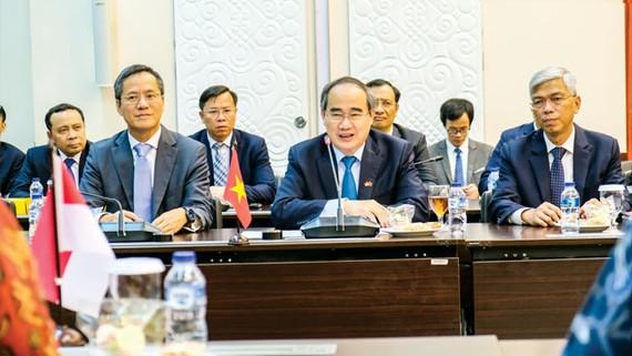Bí thư Thành ủy TPHCM Nguyễn Thiện Nhân thảo luận về cơ hội hợp tác giữa TPHCM và các đối tác Indonesia. Ảnh: KIỀU PHONG
