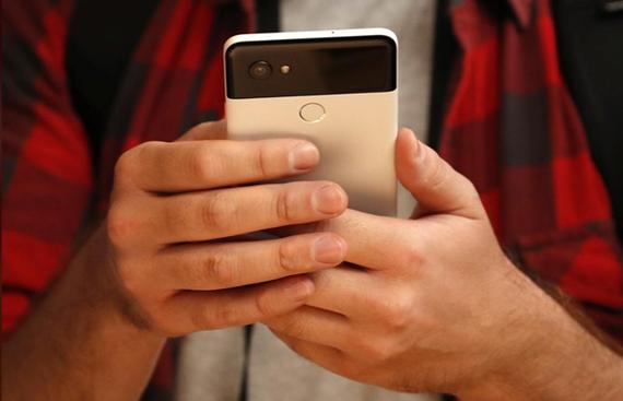 Một người đang sử dụng điện thoại Pixel 2 của Google. (Nguồn: Reuters)