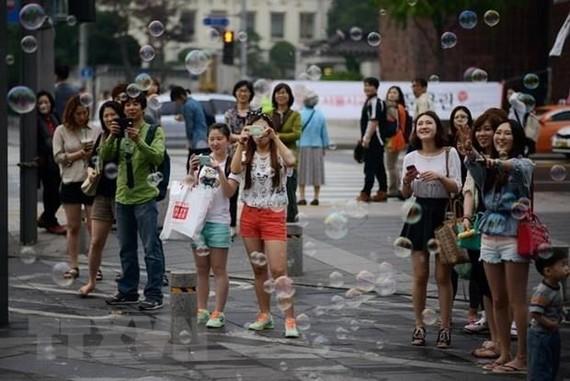 Khách du lịch tại Seoul của Hàn Quốc. (Ảnh: AFP/TTXVN)