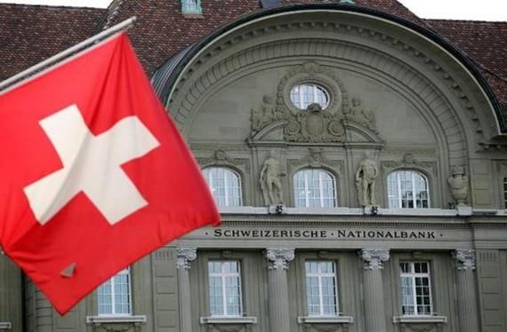 Cờ Thụy Sĩ được treo trước Ngân hàng Quốc gia Thụy Sĩ (SNB) tại Bern. (Nguồn: Reuters)
