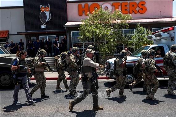 Lực lượng an ninh được triển khai tại hiện trường vụ xả súng nhằm vào siêu thị Wal-Mart ở thành phố El Paso thuộc bang Texas, Mỹ ngày 3/8/2019. Ảnh: AFP/TTXVN