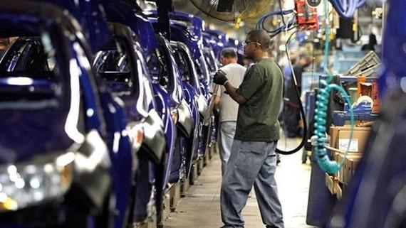 Công nhân làm việc ở một xưởng lắp ráp ôtô của Mỹ. (Nguồn: ksat.com)