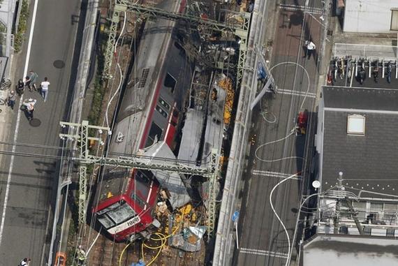 Đoàn tàu bị trật bánh sau va chạm với xe tải tại thành phố Yokohama, Nhật Bản. Hình ảnh: Kyodo/ Reuters