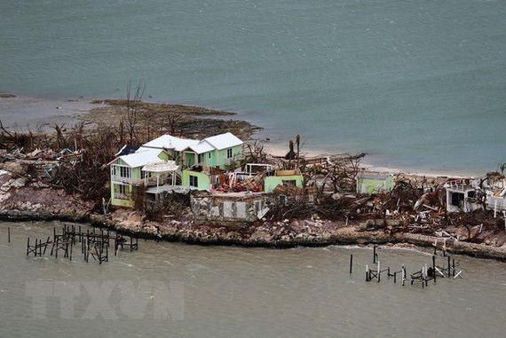 Bão Dorian tàn phá đảo Great Abaco của Bahamas. (Ảnh: AFP/TTXVN)