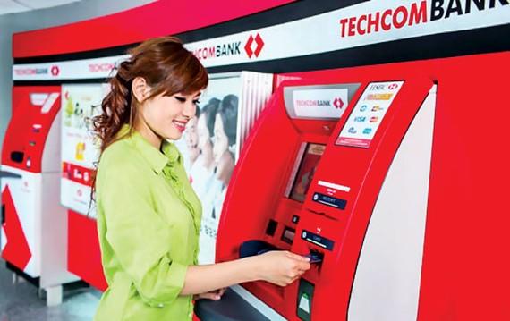 Chiến lược hút vốn không kỳ hạn của Techcombank là phát triển thẻ ghi nợ nhưng giảm nhiều loại phí để giữ chân khách hàng bỏ tiền vào thẻ.