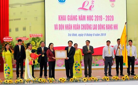 Trường Đại học Trà Vinh vinh dự đón nhận Huân chương Lao động hạng Nhì