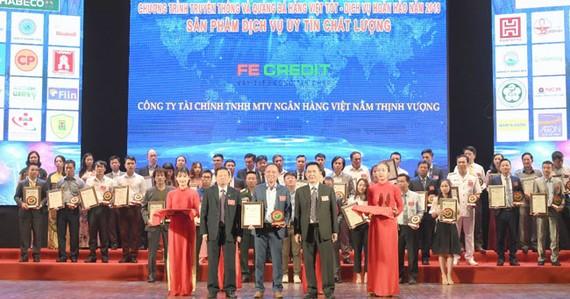 Đại diện FE CREDIT nhận 2 danh hiệu tại lễ trao giải Hàng Việt tốt 2019.