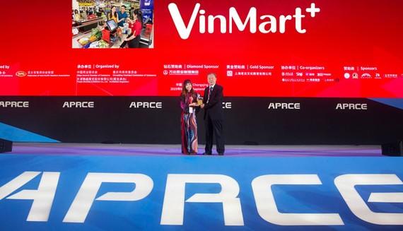 """Đại diện công ty Vincommerce (VinMart & VinMart+) nhận kỷ niệm chương """"Nhà Bán lẻ xanh"""" của FAPRA 2019"""