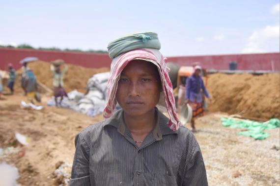 Shafali Hajong, một người không có tên trong danh sách đăng ký công dân, đang làm việc tại công trường xây dựng trại tập trung cho những người nhập cư bất hợp pháp tại Ấn Độ. Hình ảnh: Reuters/Anuwar Hazarika.