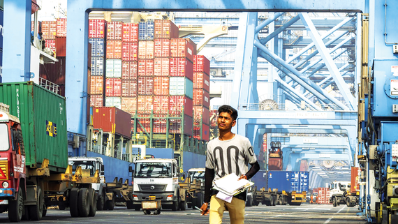 Hỗ trợ các nhà xuất khẩu là chìa khóa cho nền kinh tế lớn thứ ba châu Á. Ảnh: BLOOMBERG