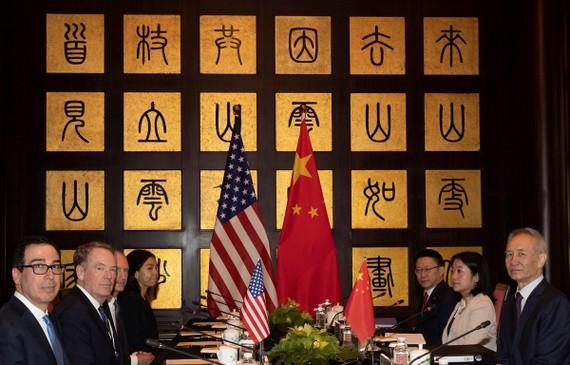 Quan chức Mỹ-Trung Quốc tại vòng đàm phán thương mại Mỹ-Trung ở Thượng Hải, Trung Quốc ngày 31/7. (Ảnh: AFP/TTXVN)