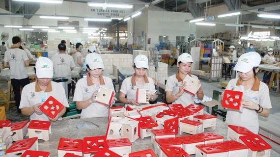 Sản xuất đồ gỗ xuất khẩu tại Công ty cổ phần chế biến gỗ Đức Thành. Ảnh: CAO THĂNG