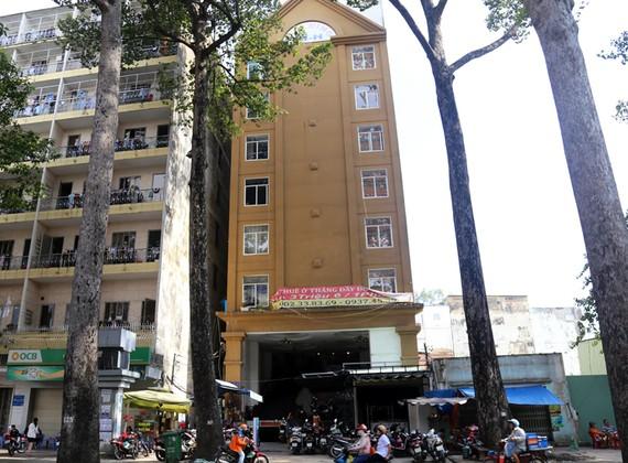 Tòa nhà 51 Nguyễn Chí Thanh (bên phải, màu vàng) nằm sát bên Ký túc xá Đại học Kinh tế TP HCM. Ảnh: Trung Sơn