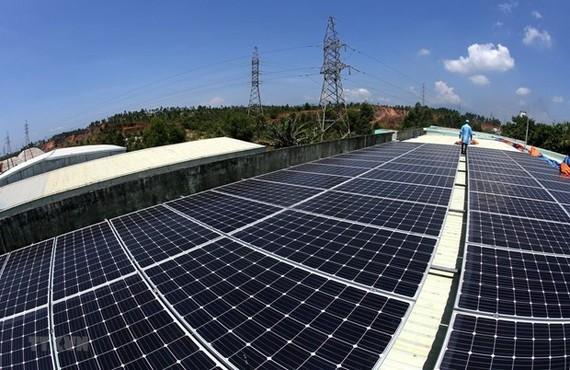 Hệ thống điện Mặt Trời áp mái được lắp đặt trên mái nhà xưởng của Trung tâm Sản xuất Thiết bị đo điện tử Điện lực miền Trung. (Ảnh: Ngọc Hà/TTXVN)