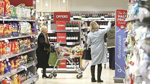 Người tiêu dùng Mỹ đang thắt chặt hầu bao