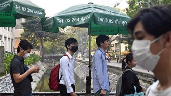 Người dân Thái Lan đeo khẩu trang do khói mù bao phủ ở thủ đô Bangkok. Nguồn: AFP/TTXVN