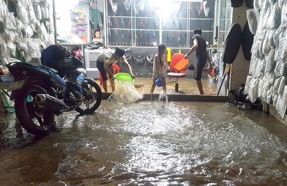 Triều cường gây ngập lụt khiến sinh hoạt người dân TP Cần Thơ gặp không ít khó khăn. Ảnh: TUẤN QUANG