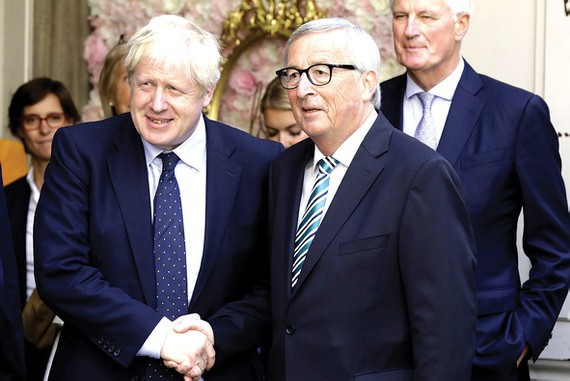 Chủ tịch EC Jean-Claude Juncker (phải) và Thủ tướng Anh Boris Johnson trong một cuộc tiếp xúc hồi tháng 9