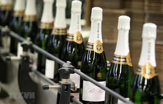Sản phẩm rượu vang tại một nhà máy ở Epernay, miền đông nước Pháp. (Nguồn: AFP/TTXVN)