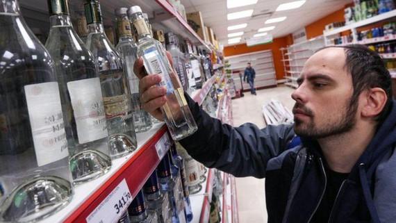 Lượng tiêu thụ rượu ở Nga giảm hơn 40%