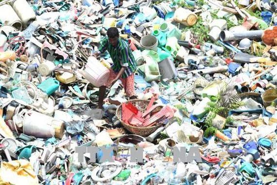 Công nhân làm việc tại nhà máy tái chế rác thải nhựa ở Agartala, thủ phủ bang Tripura, Ấn Độ. Ảnh: THX/TTXVN