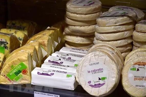 Phomát được bày bán tại một siêu thị ở Saintes, Pháp. (Ảnh: AFP/TTXVN)