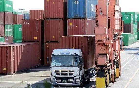 Vận chuyển hàng hóa tại cảng ở Tokyo, Nhật Bản. (Ảnh: AFP/TTXVN)