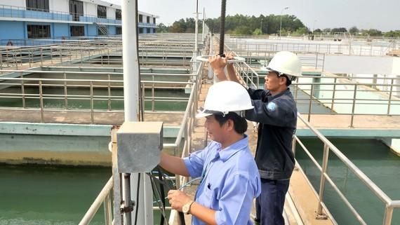 Vận hành đưa nước vào hồ xử lý nước tại Nhà máy nước Tân Hiệp. Ảnh: THÀNH TRÍ