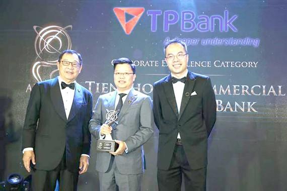 Ông Nguyễn Hưng đại diện TPBank lên nhận giải thưởng