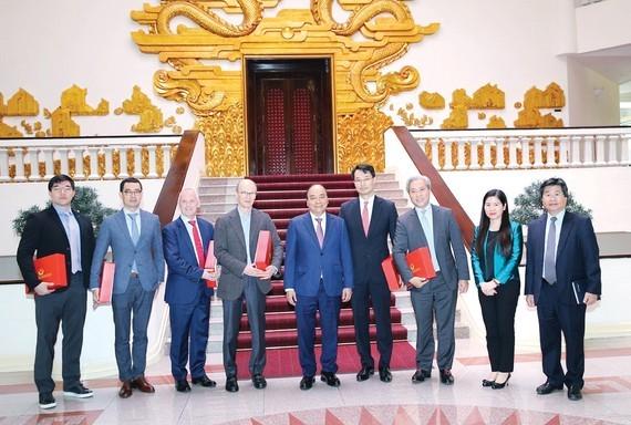 Thủ tướng Nguyễn Xuân Phúc và các doanh nghiệp đầu tư vào Việt Nam. Ảnh: TTXVN